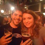 Irlanda Tomando Birra Temple-min